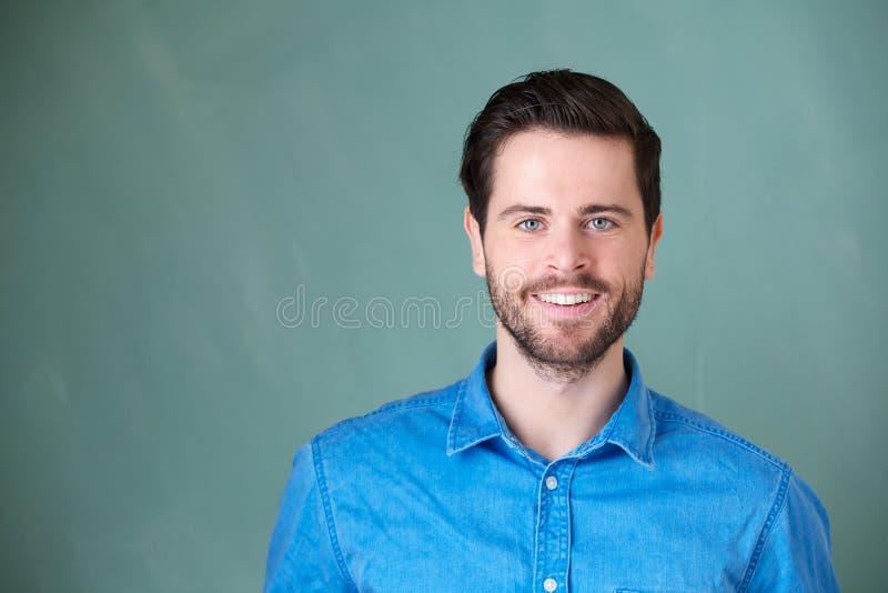 Portret van het knappe Kaukasische mens glimlachen royalty-vrije stock afbeelding