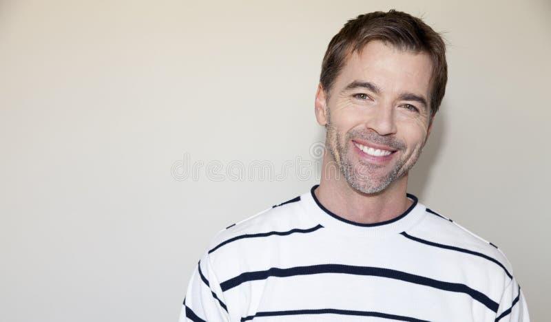 Portret van het Knappe Mens Glimlachen royalty-vrije stock afbeelding