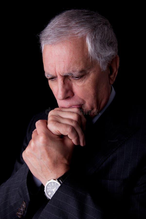 Portret van het knappe rijpe zakenman denken royalty-vrije stock foto's