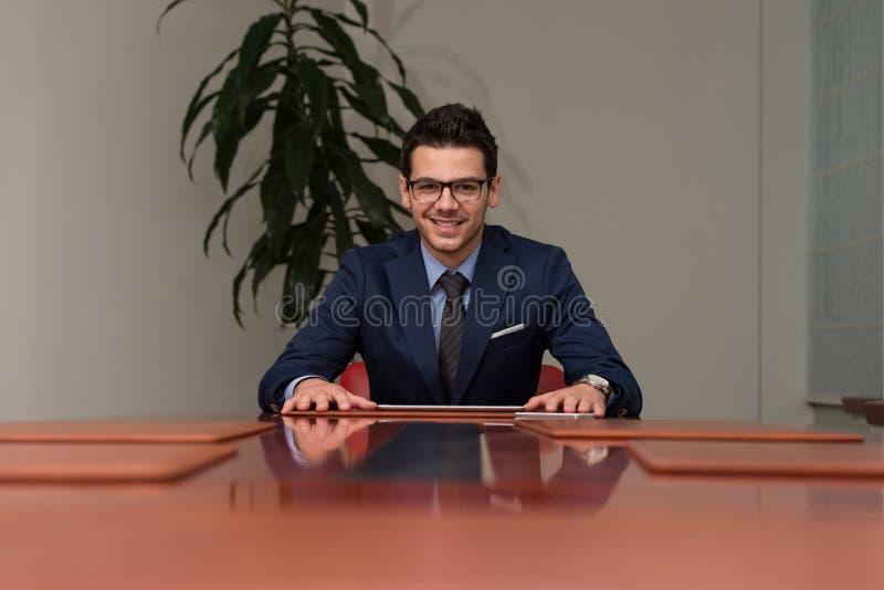 Portret van het knappe toevallige zakenman glimlachen royalty-vrije stock foto's