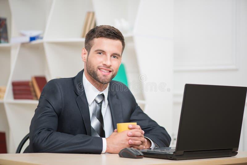 Portret van het knappe zakenman genieten van stock foto