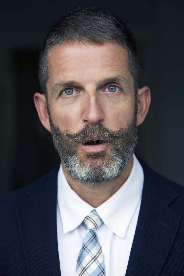 Portret van het knappe zakenman verrast kijken royalty-vrije stock foto