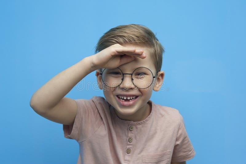 Portret van het lachen weinig jongen met glazen royalty-vrije stock afbeelding
