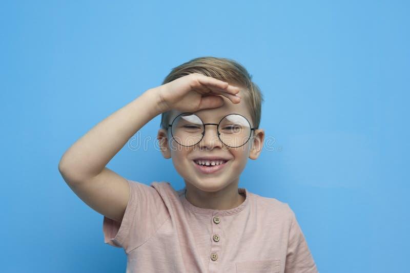Portret van het lachen weinig jongen met glazen royalty-vrije stock afbeeldingen
