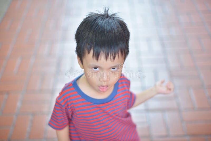 Portret van het leuke Aziatische jong geitje geïsoleerd glimlachen royalty-vrije stock afbeelding