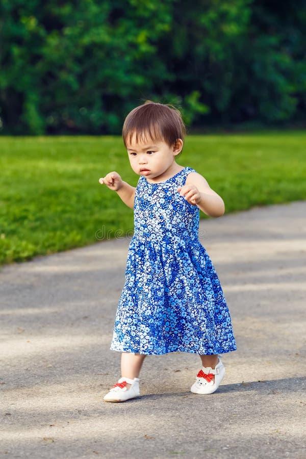 Portret van het leuke Aziatische kind spelen in park stock fotografie