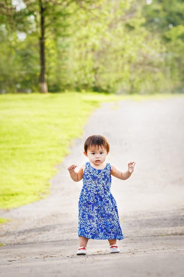 Portret van het leuke Aziatische kind spelen in park royalty-vrije stock afbeeldingen