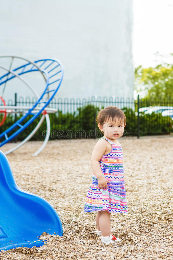 Portret van het leuke Aziatische kind spelen in park royalty-vrije stock fotografie