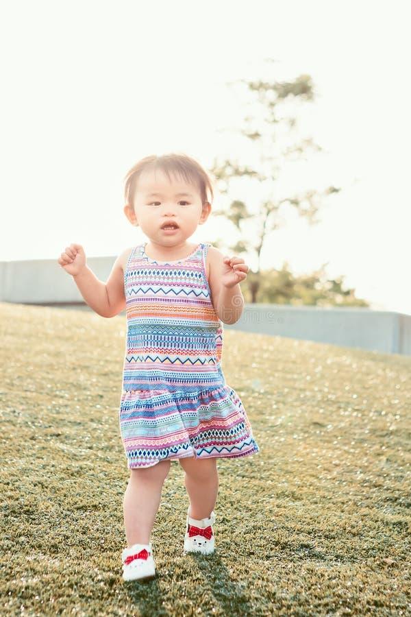 Portret van het leuke Aziatische kind spelen in park royalty-vrije stock foto