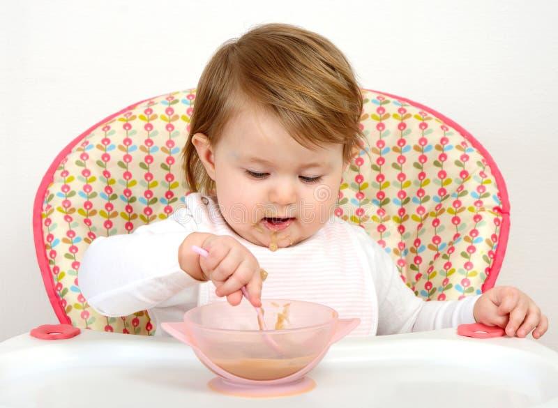 Portret van het leuke baby eten royalty-vrije stock afbeelding