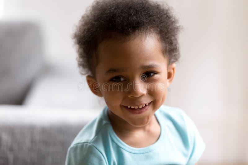 Portret van het leuke gemengde de jongen van de raspeuter glimlachen royalty-vrije stock afbeeldingen