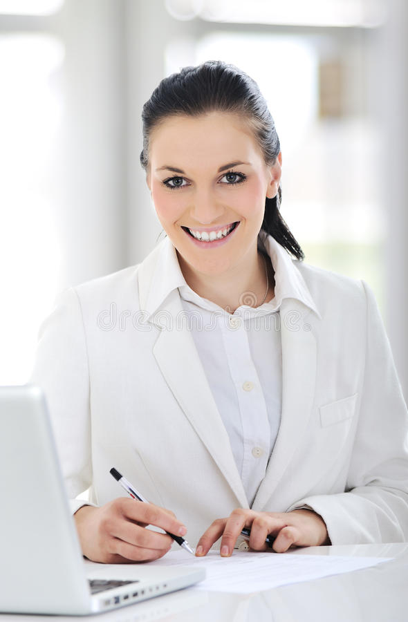 Portret van het leuke jonge bedrijfsvrouw glimlachen royalty-vrije stock foto