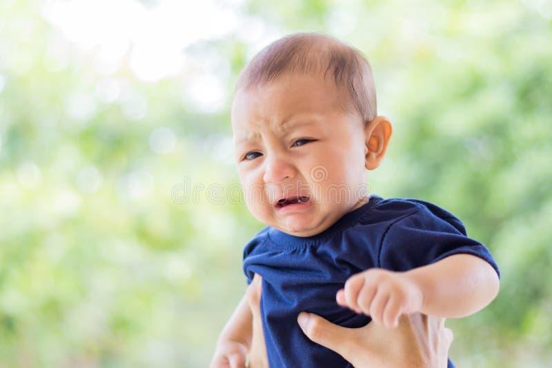 Portret van het leuke pasgeboren baby schreeuwen stock fotografie