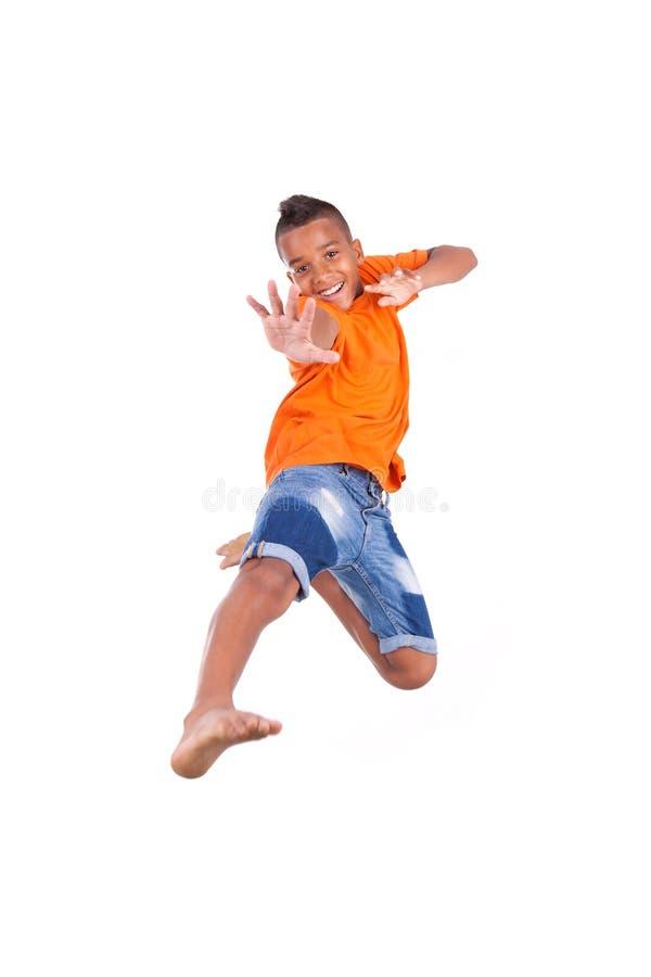 Portret van het leuke tiener zwarte jongen springen stock fotografie