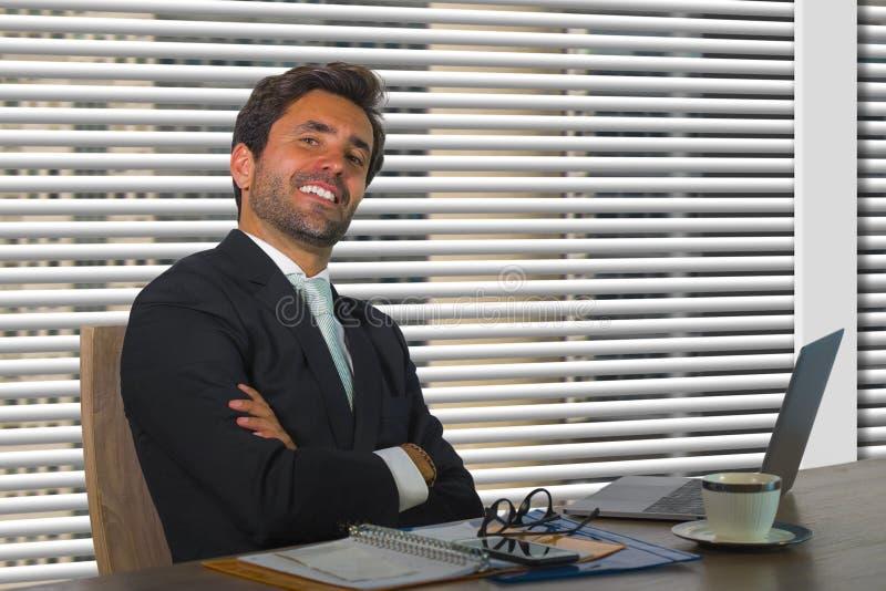 Portret van het levensstijl ontspande het collectieve bedrijf van de jonge gelukkige en succesvolle bedrijfsmens die bij moderne  royalty-vrije stock foto's