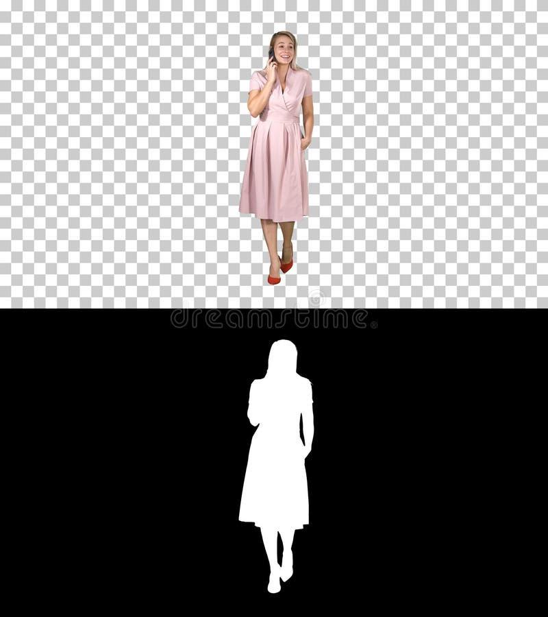Portret van het lopen het gelukkige jonge vrouw spreken op mobiele telefoon en het glimlachen, Alpha Channel royalty-vrije stock foto