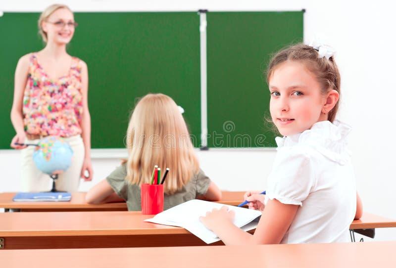 Portret van het meisje in de klasse stock foto