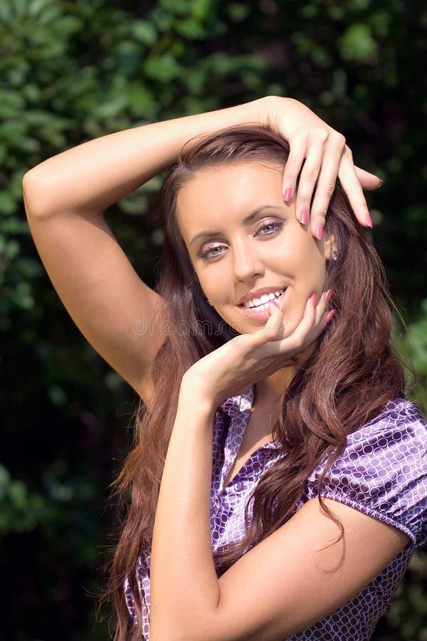 Portret van het meisje in een de zomertuin royalty-vrije stock foto