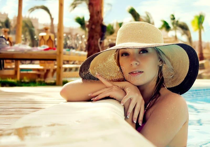 Portret van het meisje in een hoed stock afbeeldingen