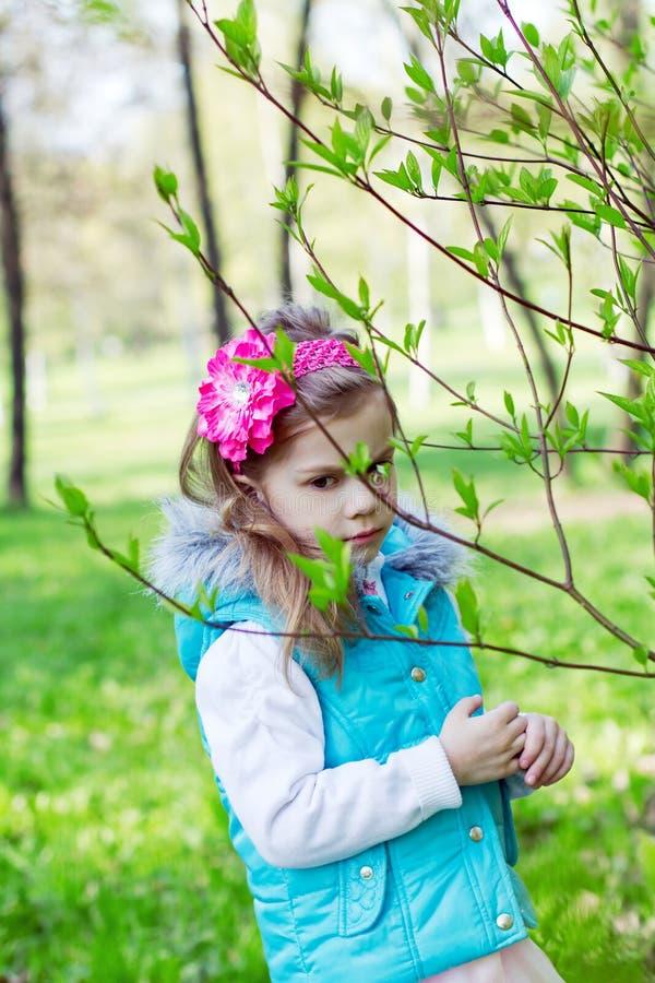 Download Portret Van Het Meisje In Gebladerte Stock Foto - Afbeelding bestaande uit blad, single: 29507484