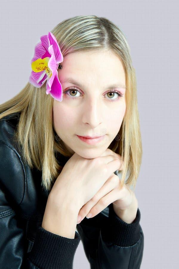 Portret van het meisje met een orchidee in haar stock foto