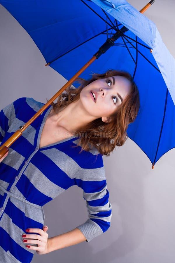 Portret van het meisje onder een paraplu royalty-vrije stock afbeelding