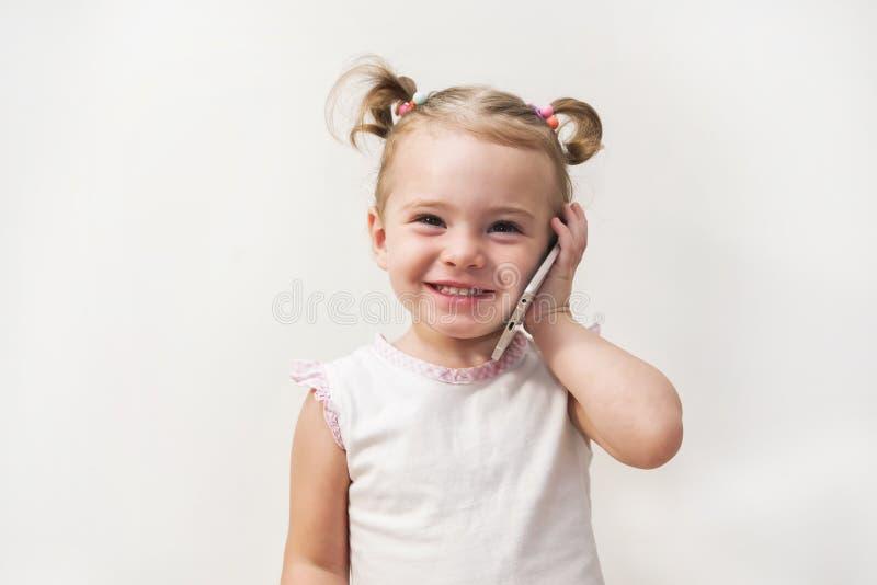 Portret van het meisje` s positief die dat op een celtelefoon spreken royalty-vrije stock foto