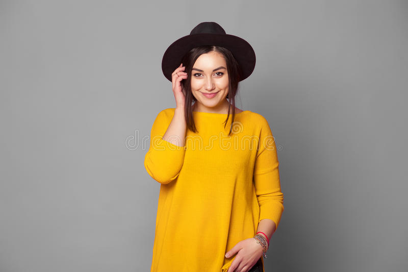 Portret van het meisje van de maniertiener over grijze achtergrond royalty-vrije stock afbeeldingen