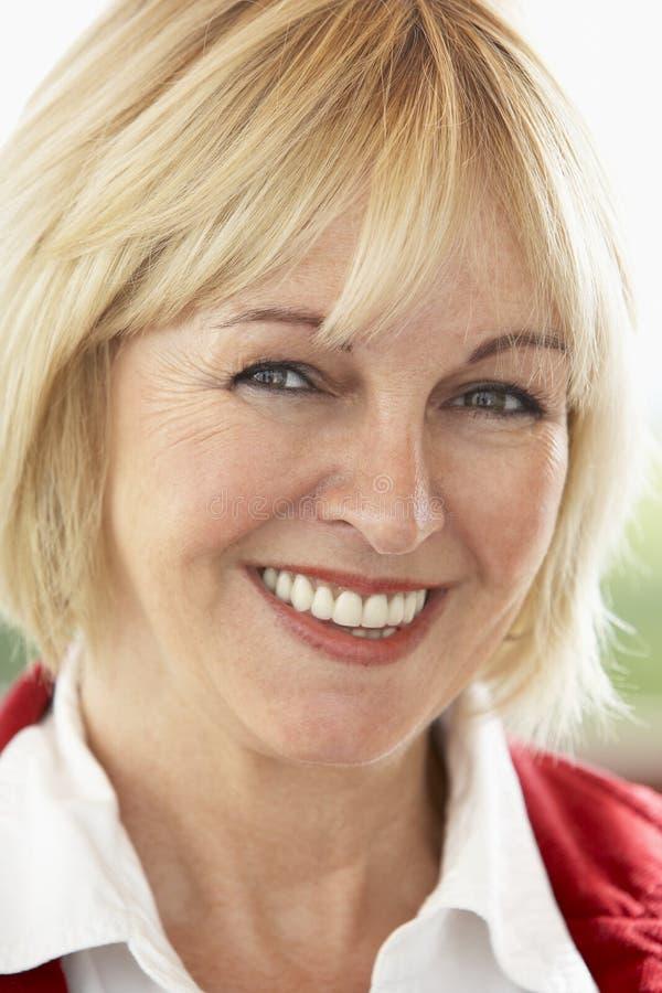 Portret van het Midden Oude Glimlachen van de Vrouw bij Camera stock foto