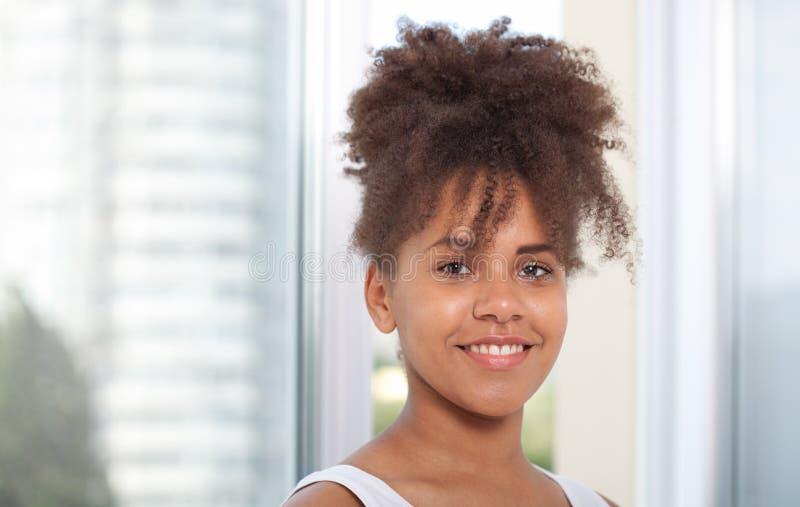 Portret van het mooie Afrikaanse Amerikaanse vrouwelijke model glimlachen Atractivebrunette donker-gevilde vrouw in een wit mouwl royalty-vrije stock foto's
