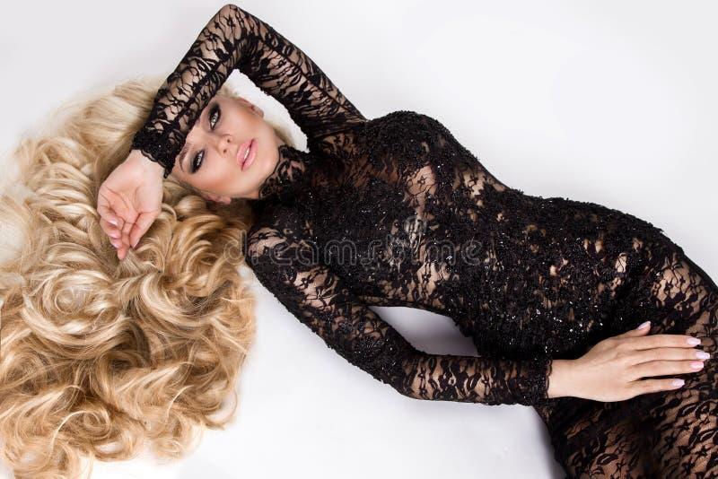 Portret van het mooie blonde met verbazende ogen, dicht lang haar met hoogtepunten royalty-vrije stock afbeeldingen