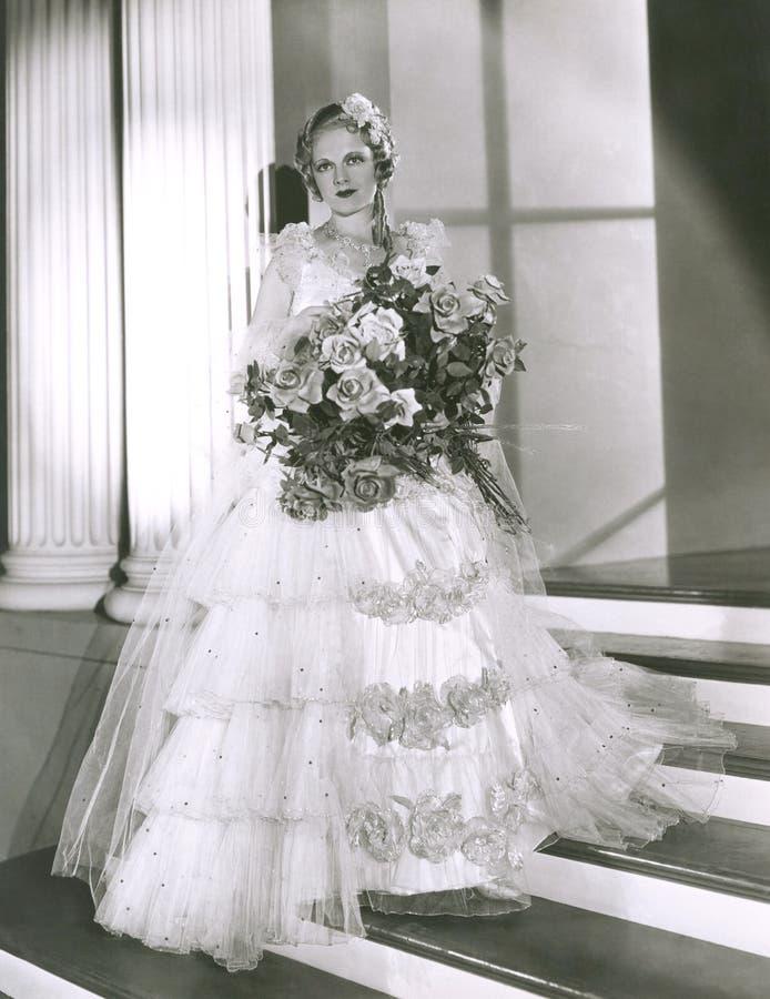 Portret van het mooie boeket van de bruidholding royalty-vrije stock foto