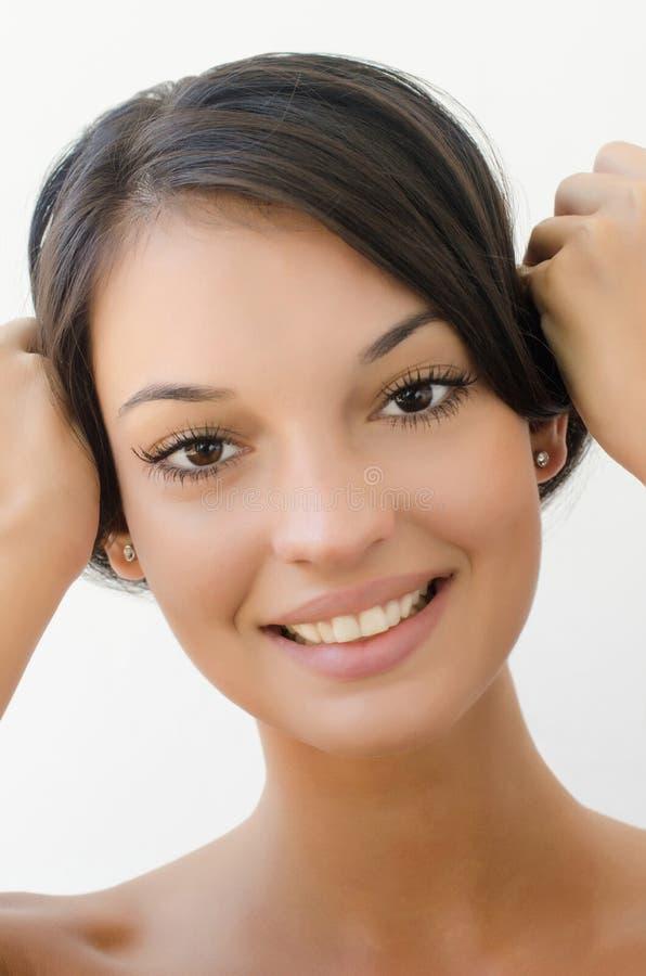 Portret van het mooie donkerbruine meisje glimlachen royalty-vrije stock afbeeldingen