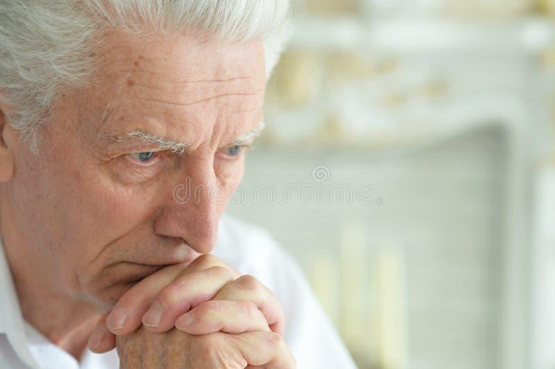Portret van het mooie droevige het denken hogere mens stellen stock foto