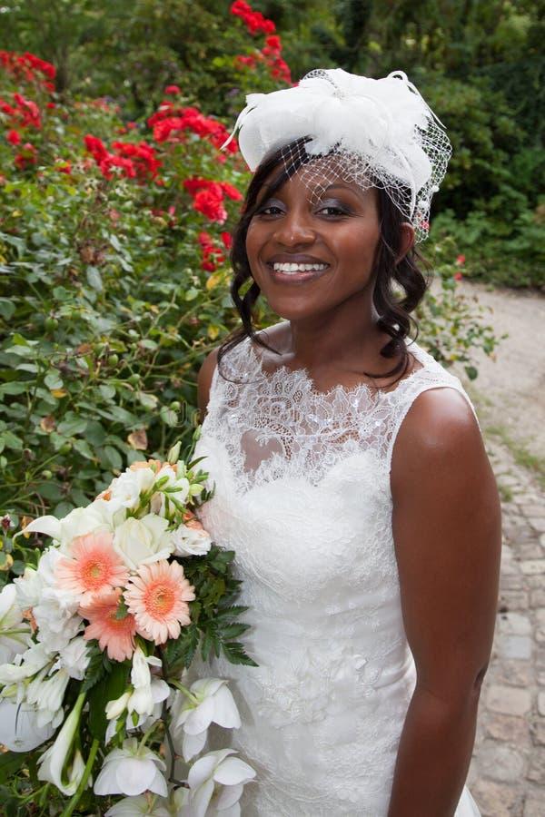 Portret van het mooie en mooie bruid glimlachen stock afbeeldingen