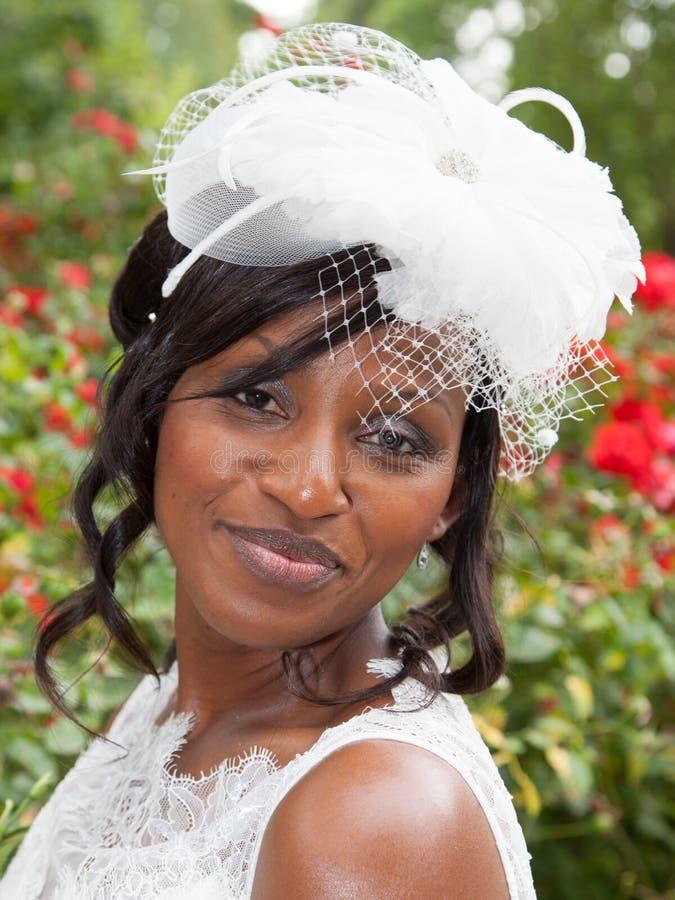 Portret van het mooie en mooie bruid glimlachen stock foto