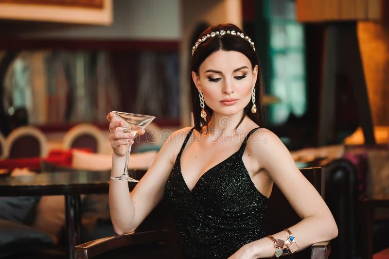 Portret van het mooie glas van de vrouwenholding van martini royalty-vrije stock foto's