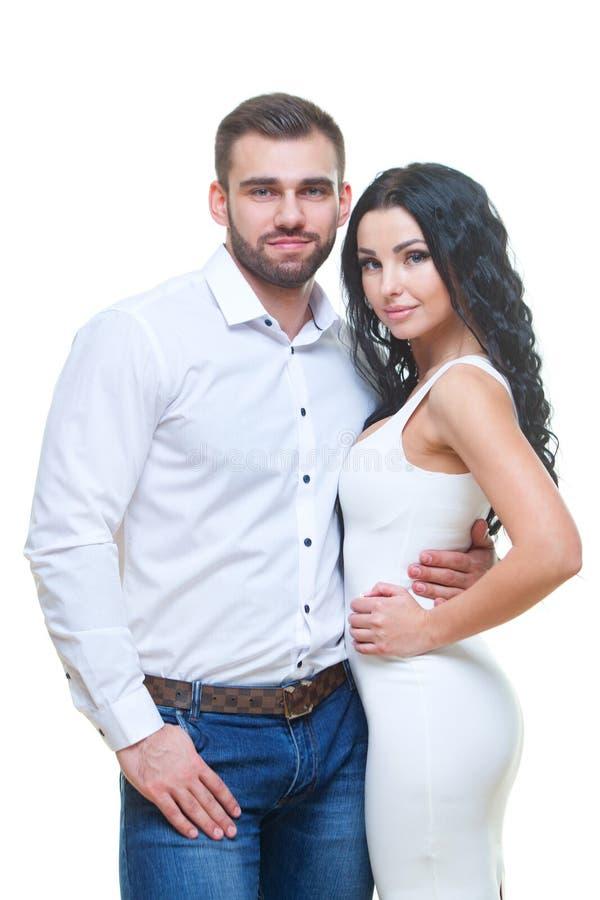 Portret van het mooie het glimlachen paar stellen bij studio over witte achtergrond Het thema van de valentijnskaartendag stock foto