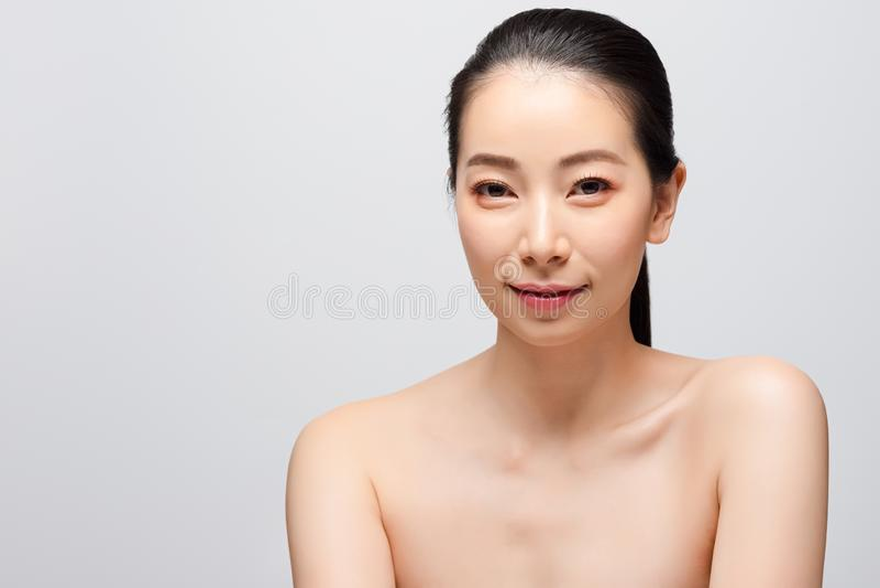 Portret van het mooie jonge Aziatische concept van de vrouwen schone verse naakte huid Het Aziatische gezicht van de meisjesschoo royalty-vrije stock afbeeldingen