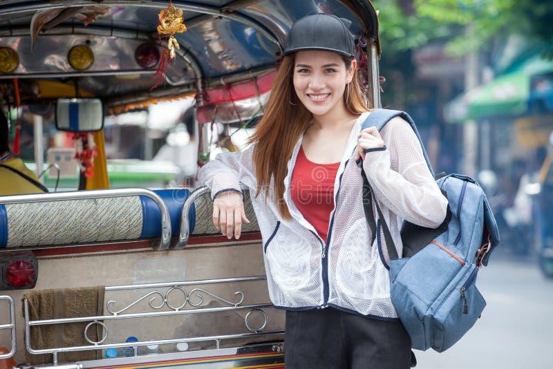 portret van het mooie Jonge Aziatische de reiziger van de vrouwentoerist glimlachen stock afbeelding