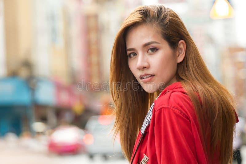 portret van het mooie Jonge Aziatische de reiziger van de vrouwentoerist glimlachen royalty-vrije stock foto