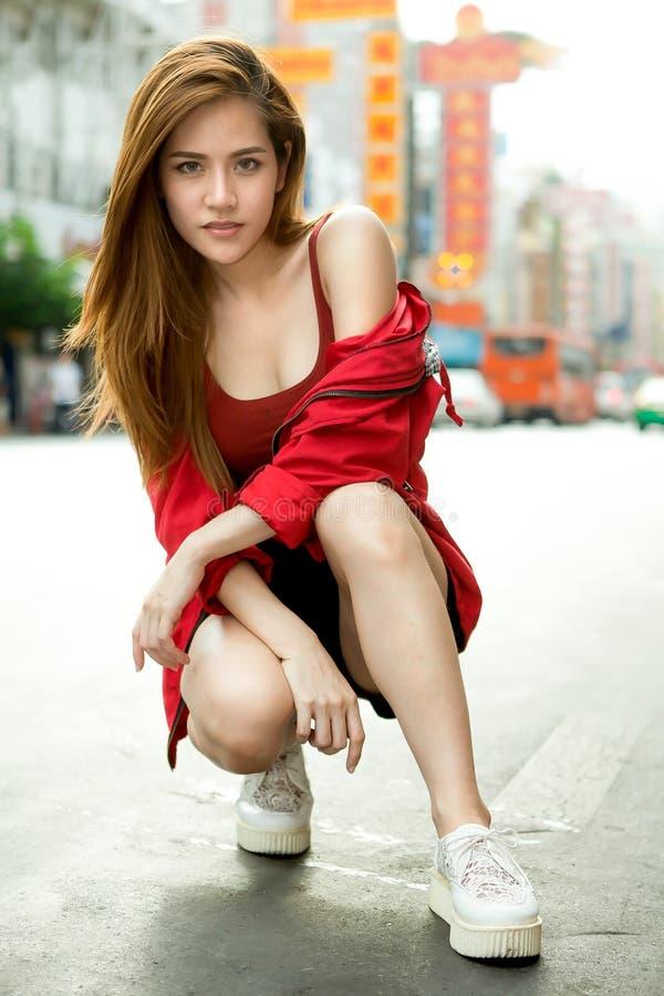 portret van het mooie Jonge Aziatische de reiziger van de vrouwentoerist glimlachen royalty-vrije stock fotografie