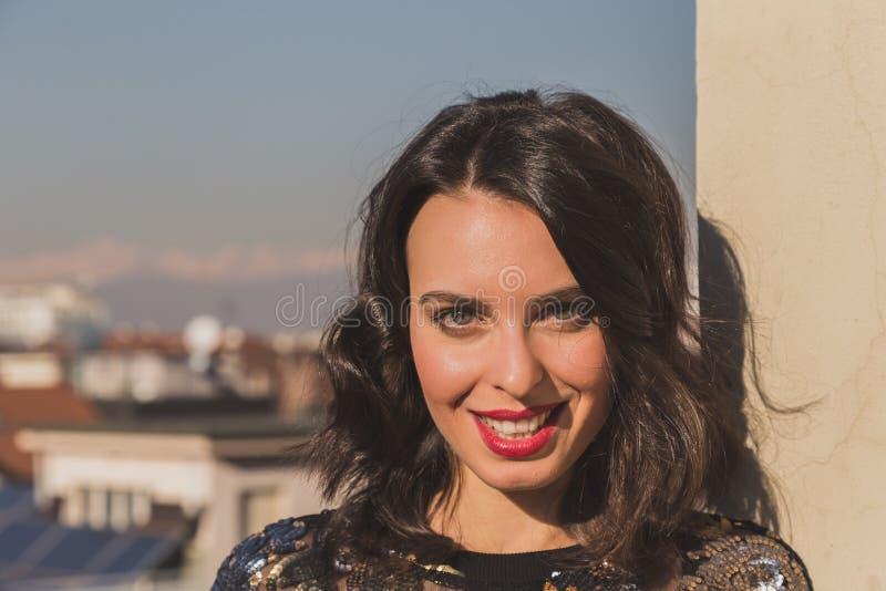 Portret van het mooie jonge donkerbruine stellen op een balkon stock foto