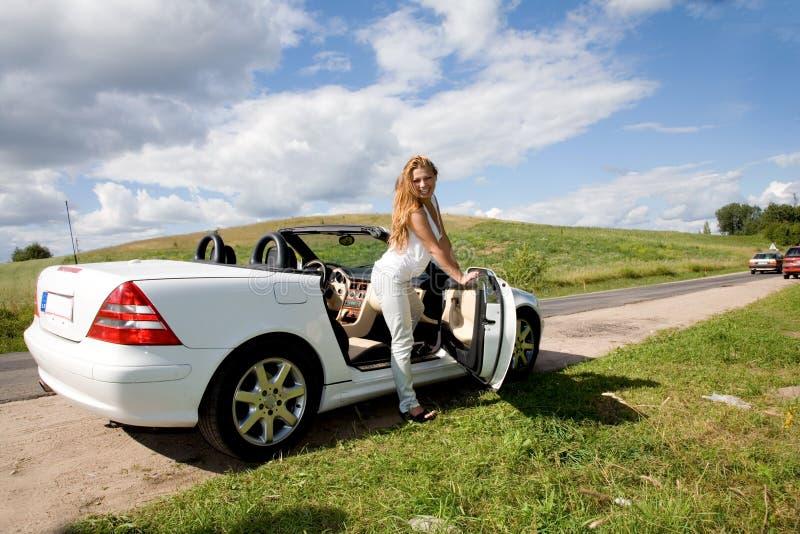 Portret van het mooie jonge meisje met cabriole stock afbeeldingen