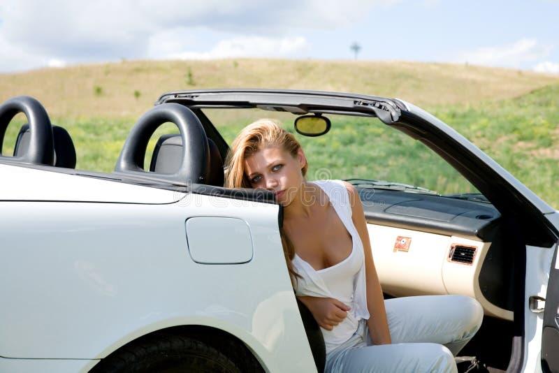 Portret van het mooie jonge meisje met cabriole royalty-vrije stock afbeelding
