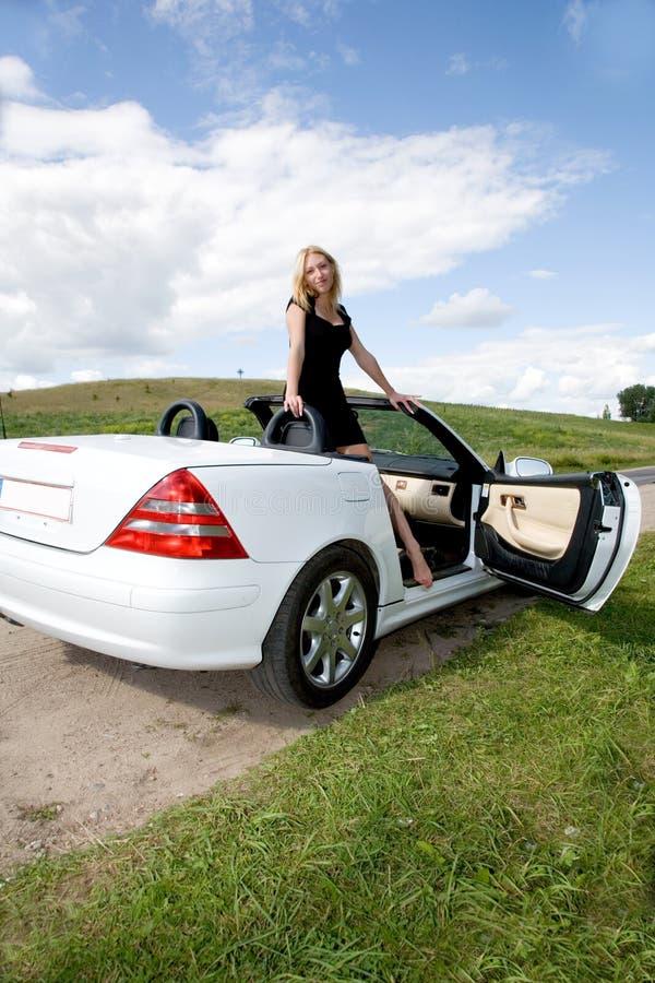 Portret van het mooie jonge meisje met cabriole stock foto