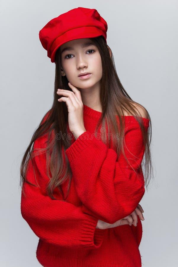 Portret van het mooie jonge meisje stellen in studio stock afbeeldingen