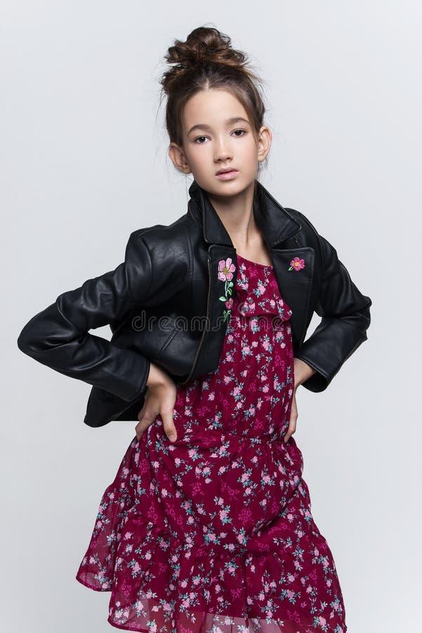 Portret van het mooie jonge meisje stellen in studio royalty-vrije stock afbeeldingen