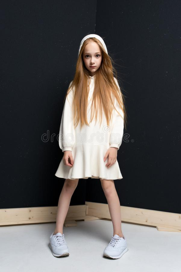 Portret van het mooie jonge roodharigemeisje stellen in studio royalty-vrije stock fotografie