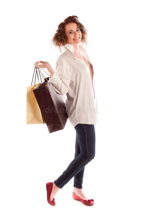 Portret van het mooie jonge vrouw stellen met het winkelen zakken royalty-vrije stock afbeelding